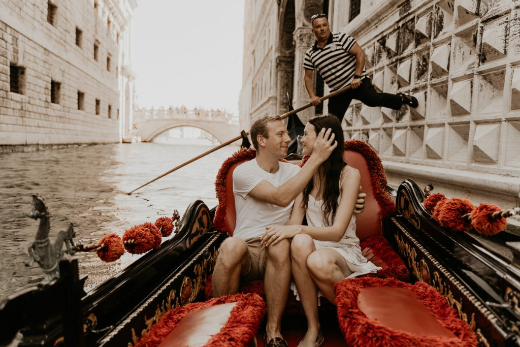 venice engagement couple shoot italy happy couple candid photographer gondola ride holiday trip wedding photography emotional kiss intimate venezia pinterest inspiration inspiring portrait